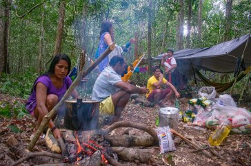 Guerreira Munduruku prepara jantar para a equipe. Foto: Adriano Maneo