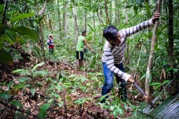 Guerreiros Munduruku limpam a picada aberta. Foto: Adriano Maneo